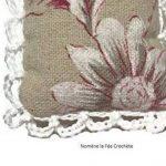 Coussin sachet lavande, accroche porte ou voiture, cousu main, tissu lin écru nature et crochet blanc, style shabby, floral de la marque Nomène la Fée Crochète image 3 produit