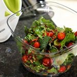 Essoreuse à Salade et Légumes Grande Capacité (5L) - Essorage Efficace et Facile avec Nouveau Système de Poignée - Design Innovant avec Grille d'Evacuation d'Eau - 2 en 1: Utilisable en Saladier de la marque Twinzee image 3 produit